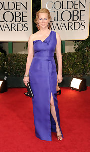 Laura Linney accessorized her one-shoulder gown with satin nude peep-toe pumps.
