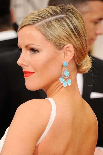 Kathleen Robertson wore her hair pulled back into a tight classic bun at the 69th Annual Golden Globe Awards.