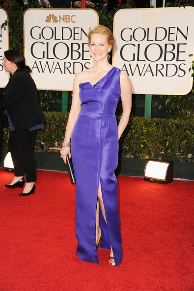 Laura Linney wore a bold single-shouldered purple dress to the Golden Globes.