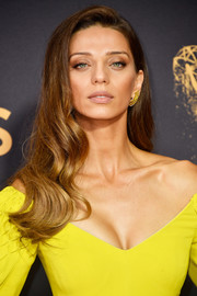 Angela Sarafyan showed off a gorgeous wavy hairstyle at the 2017 Emmys.
