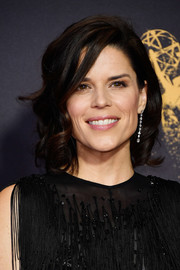 Neve Campbell looked pretty with her curly bob at the 2017 Emmys.