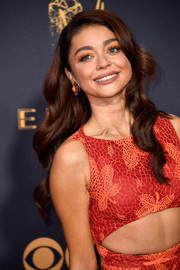 Sarah Hyland wore her hair in flowing waves at the 2017 Emmys.