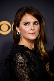 Keri Russell wore her long hair down in a gently wavy style at the 2017 Emmys.