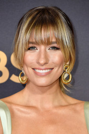 Renee Bargh went for a loose ponytail with rounded bangs when she attended the 2017 Emmys.