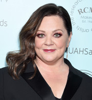 Melissa McCarthy looked glamorous with her side-swept waves at the 2019 Make-Up Artists & Hair Stylists Guild Awards.