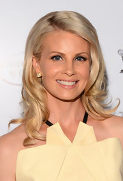 Monica Potter looked super lovely and chic with layered blonde waves.