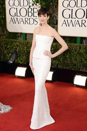 Anne Hathaway looked ready to walk down the aisle in this white textured strapless gown at the Golden Globe Awards.
