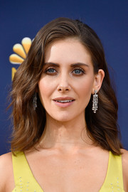 Alison Brie wore her hair in feathery waves at the 2018 Emmys.
