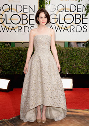 Michelle Dockery looked divine in a beaded gray strapless gown by Oscar de la Renta during the Golden Globes.