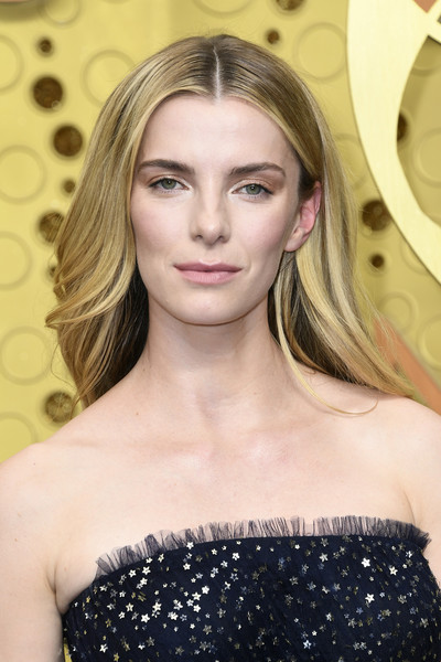 Betty Gilpin wore her hair down with a center part at the 2019 Emmy Awards.