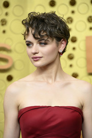 Joey King rocked a short, messy cut at the 2019 Emmy Awards.