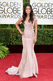 Tracey Edmonds looked sweet and sultry at the same time in an asymmetrical, curve-hugging lace-panel gown at the Golden Globes.
