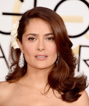 Wearing a bouncy feathered flip with one side pinned back with a floral clip, Salma Hayek exuded ultra-femine appeal at the Golden Globes.