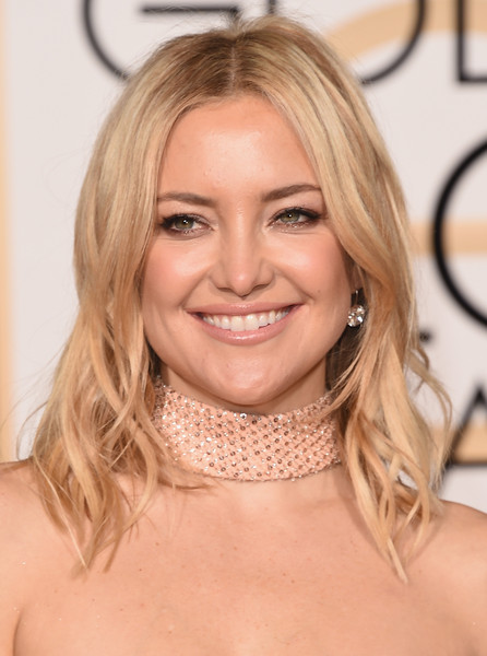 Kate Hudson wore her hair down to her shoulders with a center part and piecey waves.