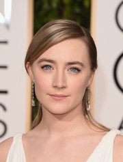Saoirse Ronan kept her Golden Globes look fresh and natural with neutral eyeshadow and just the slightest hint of a cat-eye.