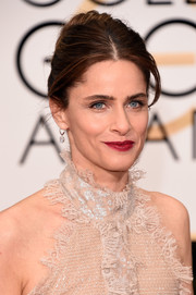 Amanda Peet went old school with this center-parted bun at the Golden Globes.