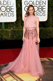 Leslie Mann donned a beaded mauve gown by Monique Lhuillier for her Golden Globes red carpet look.