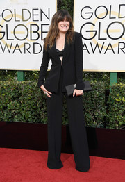Kathryn Hahn styled her outfit with an elegant black satin clutch.