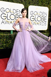 Hailee Steinfeld captivated in a floaty lavender cold-shoulder gown by Vera Wang at the Golden Globes.