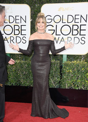 Goldie Hawn looked quite the diva in a figure-hugging black off-the-shoulder gown by Prabal Gurung at the Golden Globes.