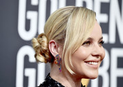 Abbie Cornish looked cute with her twisted side bun at the 2018 Golden Globes.