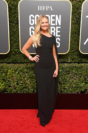 Nancy O'Dell kept it minimal yet sophisticated in an asymmetrical, caped black gown at the 2018 Golden Globes.
