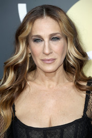 Sarah Jessica Parker wore her hair in loose waves at the 2018 Golden Globes.