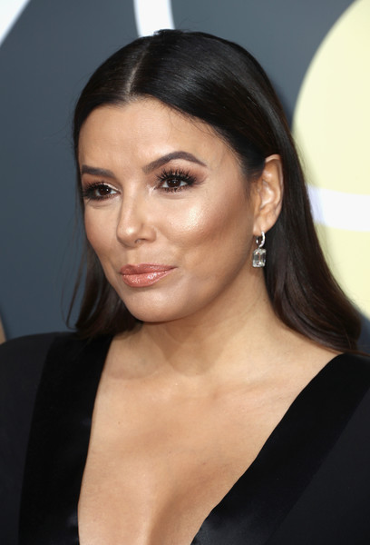 Eva Longoria went for a low-key center-parted 'do when she attended the 2018 Golden Globes.