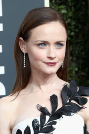 Alexis Bledel kept it minimal with this loose straight style at the 2018 Golden Globes.