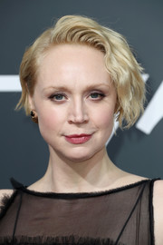 Gwendoline Christie wore her hair short and slightly wavy at the 2018 Golden Globes.