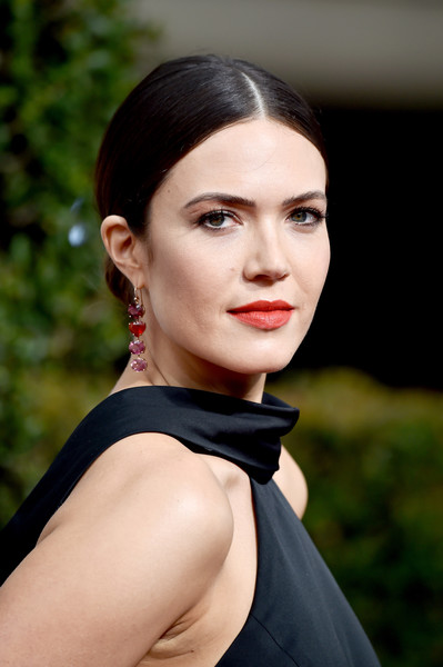 Mandy Moore was a classic beauty with her center-parted chignon at the 2018 Golden Globes.