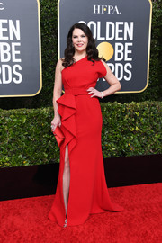 Lauren Graham matched her dress with a red envelope clutch.
