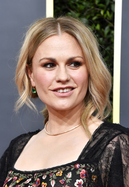 Anna Paquin wore her hair in a loose center-parted ponytail at the 2020 Golden Globes.