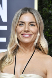 Sienna Miller sported her signature boho waves at the 2020 Golden Globes.