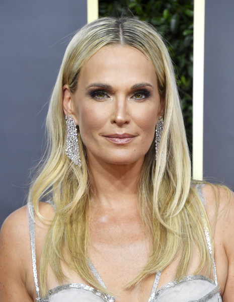 Molly Sims opted for a simple center-parted hairstyle when she attended the 2020 Golden Globes.