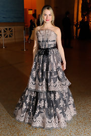Amanda looks lovely in a layered Monique Lhuillier dress at the Metropolitan Museum of Art.