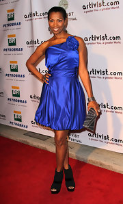 Vanessa Williams paired her blue cocktail dress with a silver Art Deco inspired clutch.