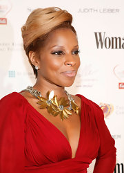 Mary J. glowed on the red carpet at the Woman's Day Dress Awards. Her blond straight cut goes perfect with her complexion.