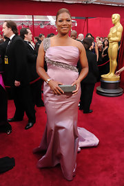 Queen Latifah carried a sparkling silver box clutch to the 2010 Oscars.