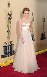 Miley looked stunning at the 2010 Oscars in this classic up-do.