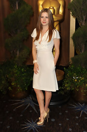 Amy Adams complemented her feminine white dress with gold platform pumps.