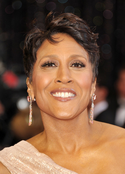 Robin Roberts seamlessly paired her metallic shadow with blush-hued diamond drop earrings.