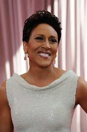 Robin Roberts wore her hair short and wavy, as usual, for the Academy Awards.