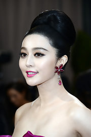 Fan Bingbing paired her pink gown with lovely pink floral cluster earrings with a pear-shaped drop for her red carpet look at the Oscars.