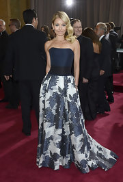 Kelly Ripa's strapless floral print gown made her look feminine and elegant on the 2013 Oscars red carpet.