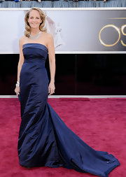 Helen Hunt showed her support of H&M's global green initiative with this elegant navy blue strapless gown.