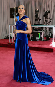 Robin Roberts looks regal at the 2013 Oscars in a royal blue velvet gown.