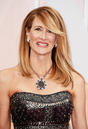 Laura Dern kept it low-key with this straight hairstyle with side-swept bangs during the Oscars.