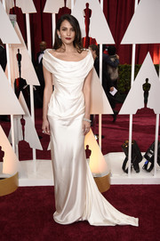 Genesis Rodriguez looked tres elegant in a draped white off-the-shoulder gown by Vivienne Westwood during the Oscars.