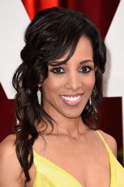 Shaun Robinson glammed up her look with this half-up wavy 'do for the Oscars.
